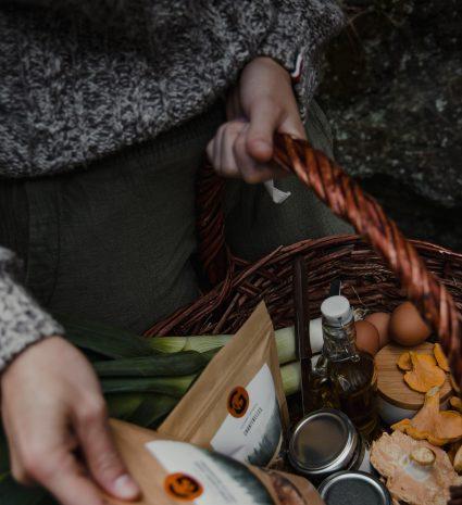 Ensemble de produits Gourmet Sauvage dans un panier en osier